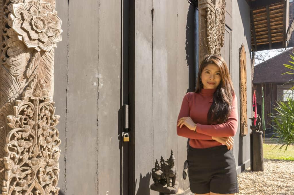 Junge hübsche Thailänderin als Fotomodel im Schwarzen Haus in Chiang Rai