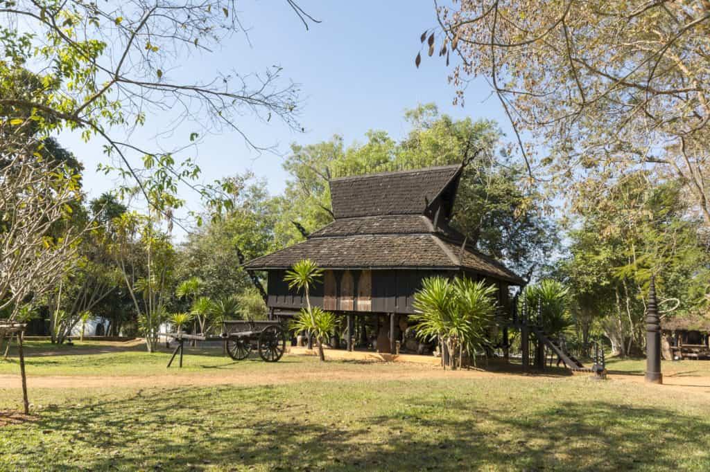 Haus dessen Form der alten Thailändischen Häusern mit Stallungen unter dem Haus entspricht -Künstler Thawan Duchanee - Schwarze Haus in Chiang Rai