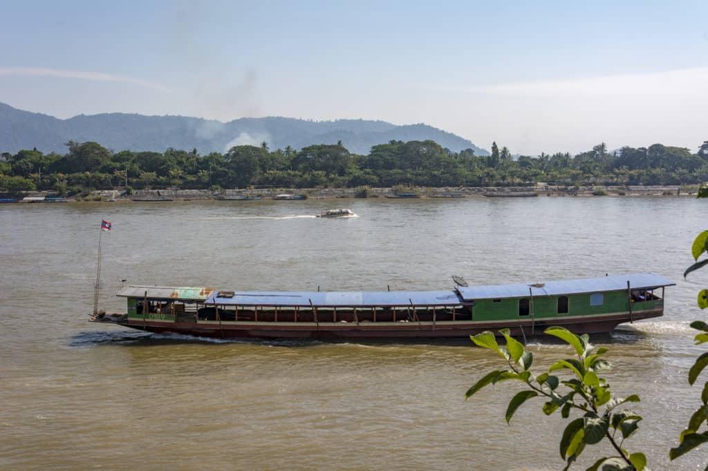 Großes Schiff auf dem Mekong zwischen Laos und Thailand