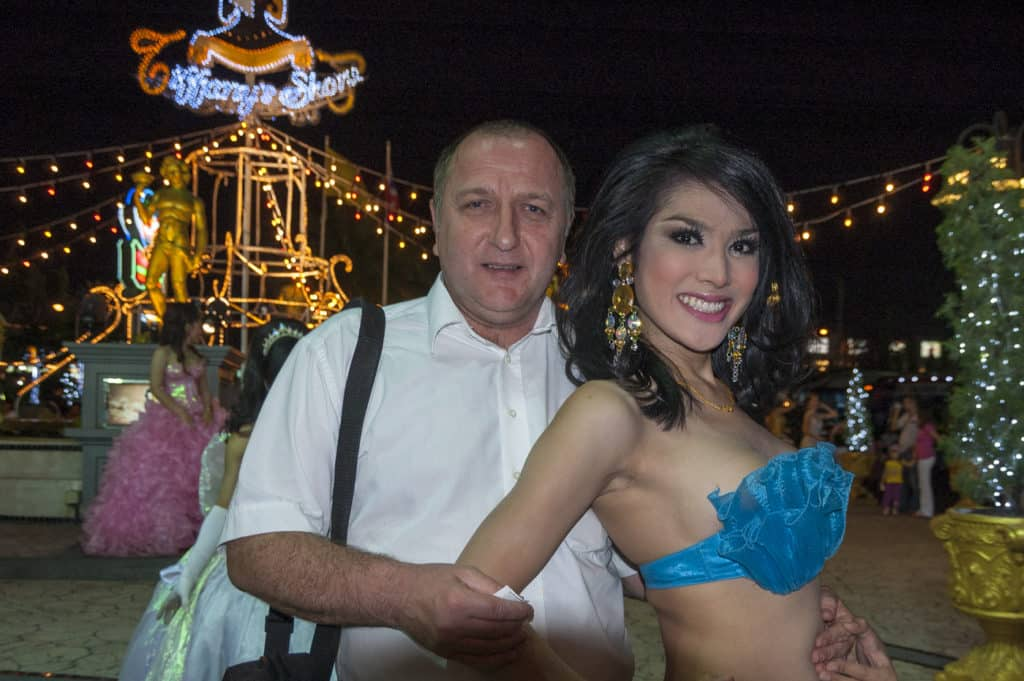 Der Autor mit einem Thailändischen Ladyboy im Arm