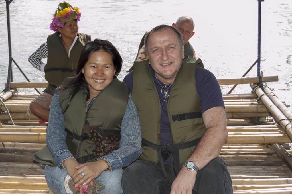 Glückliches Paar in einer Beziehung zwischen Thailänderin und Deutschen