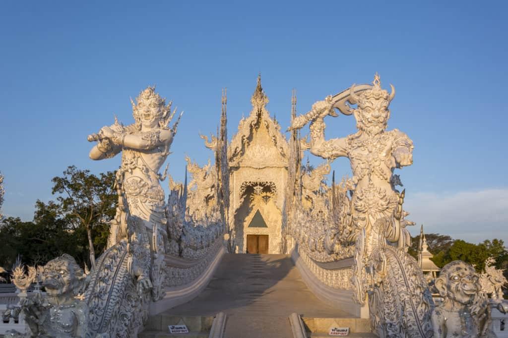 Steinerne Torwächter bewachen den Durchgang zum Himmel - Wat Rong Khun