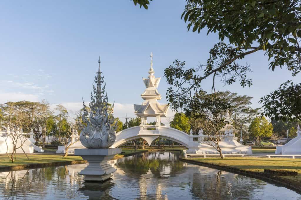 Die Sukhawadee Brücke führt zu Bhuddha Turm - Wat Rong Khun