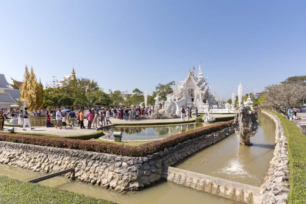 Menschenmenge vor dem Eingang zum Weißen Tempel von Chiang Rai