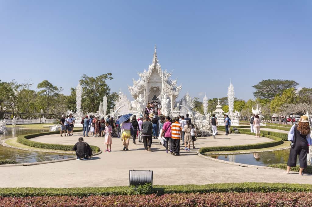 Menschen vor der Hölle im Weißen Tempel von Chiang Rai