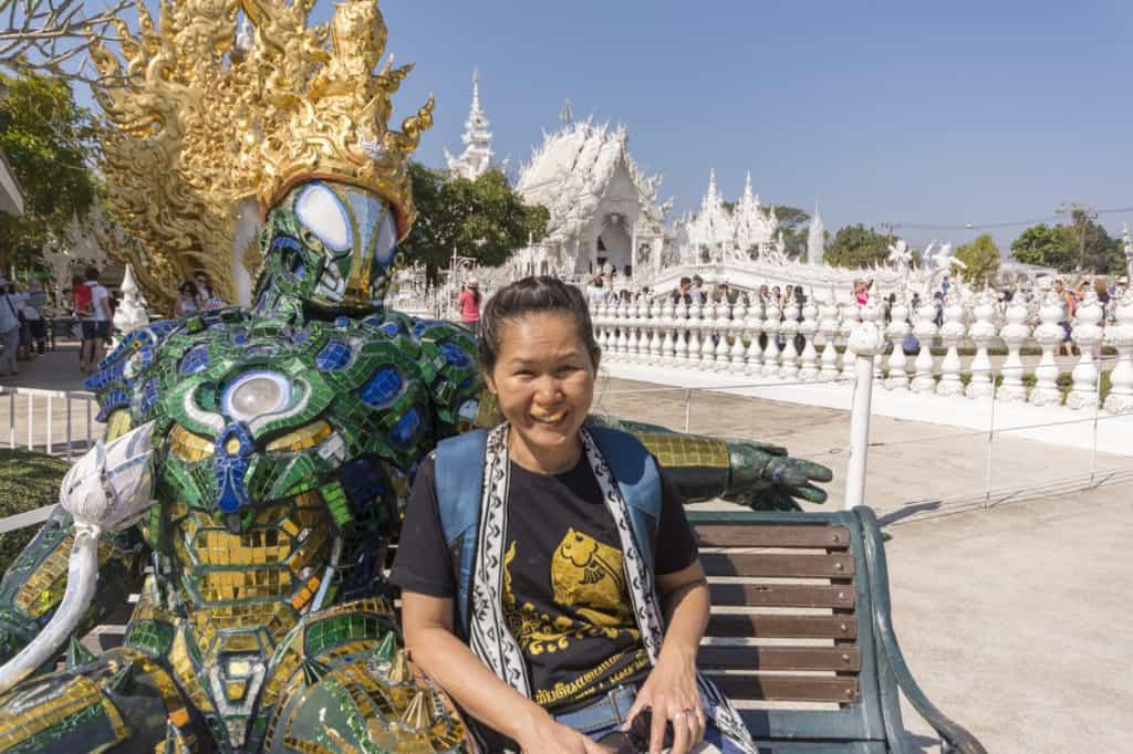 Spiegelwesen mit junger Frau am Wat Rong Khun in Chiag Rai Thailand