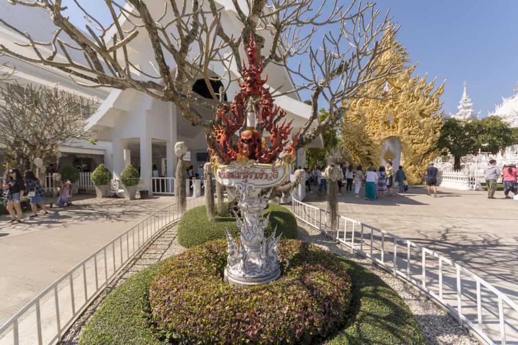 Ein vertrockneter Baum als Mahnmal für die Wirkung des Alkohols im Weißen Tempel von Chiang Rai