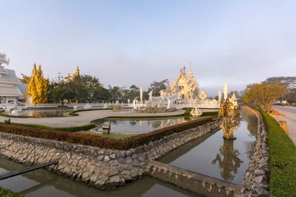 Der Weiße Tempel in Chiang Rai umgeben von Wassergräben
