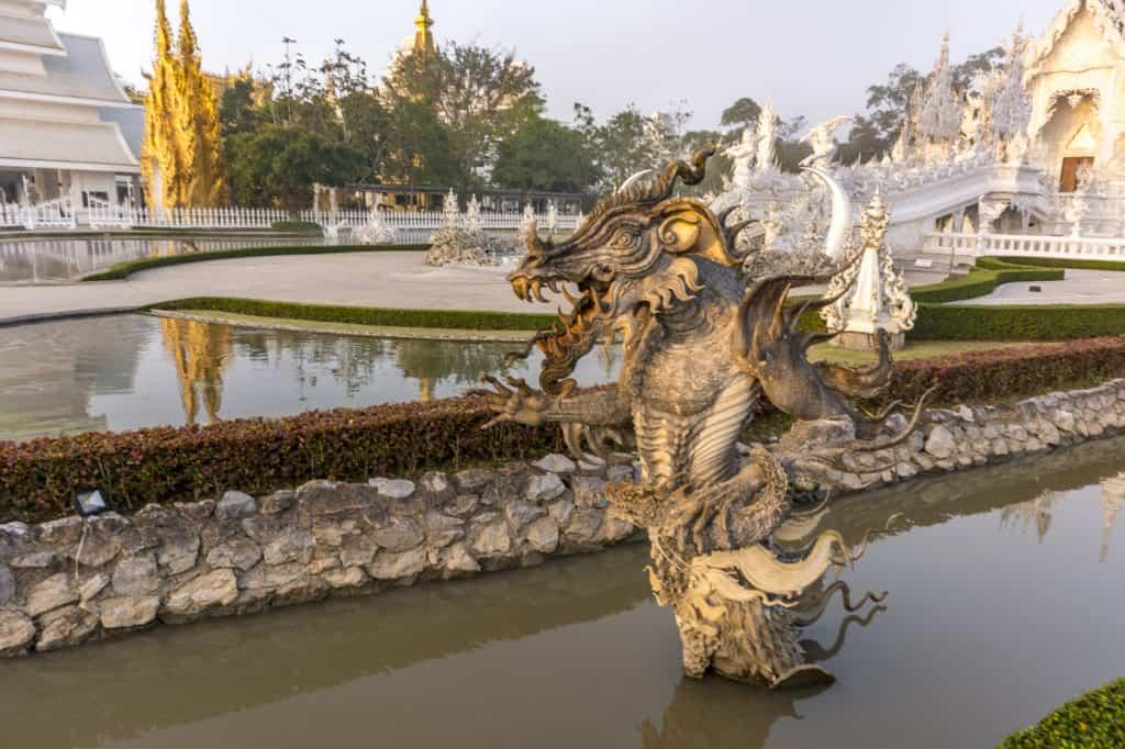 Skulptur im Wassergraben am Weißen Tempel in Chiang Rai als Monster