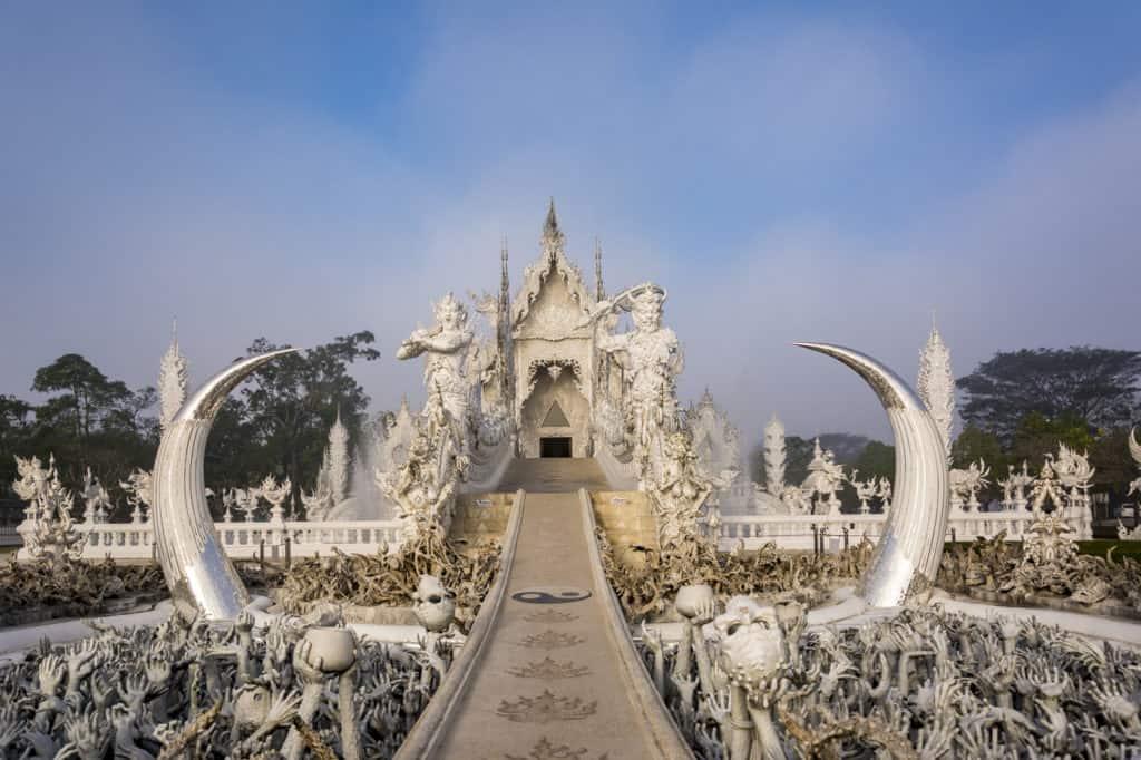Der weiße Tempel in Chiang Rai Wat Rong Khun mit der Hölle im Vordergrund und dem Weißem Tempel im Hintergrund aus der Froschperspektive