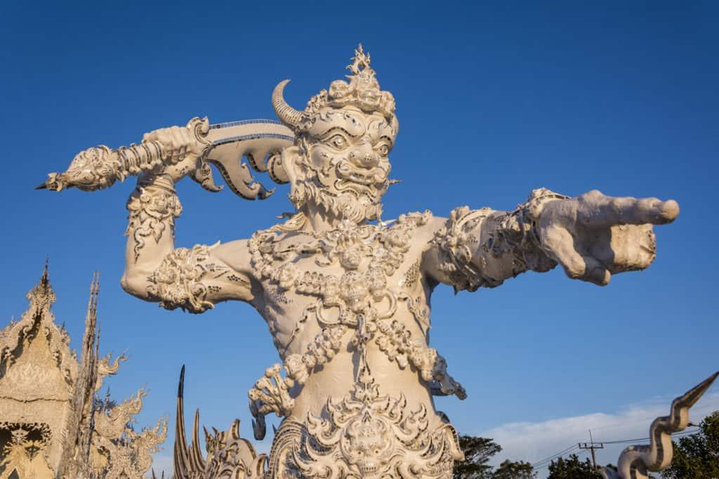 Detailaufnahme eines Torwächters im Weißen Tempel in Chiang Rai