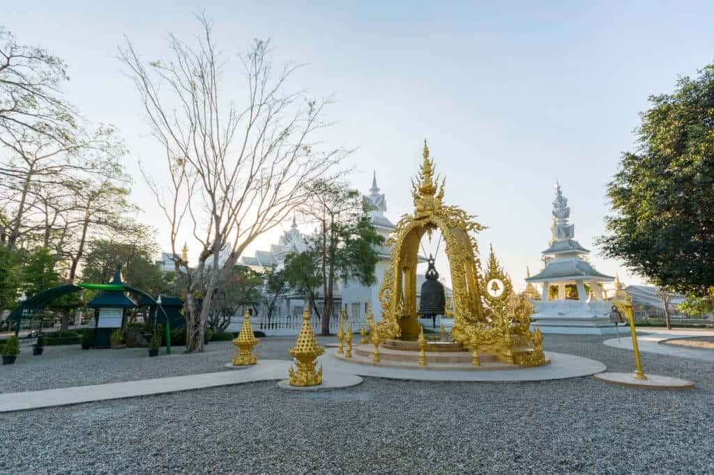 Große und mächtige Tempelglocke mit Goldenem Torbogen
