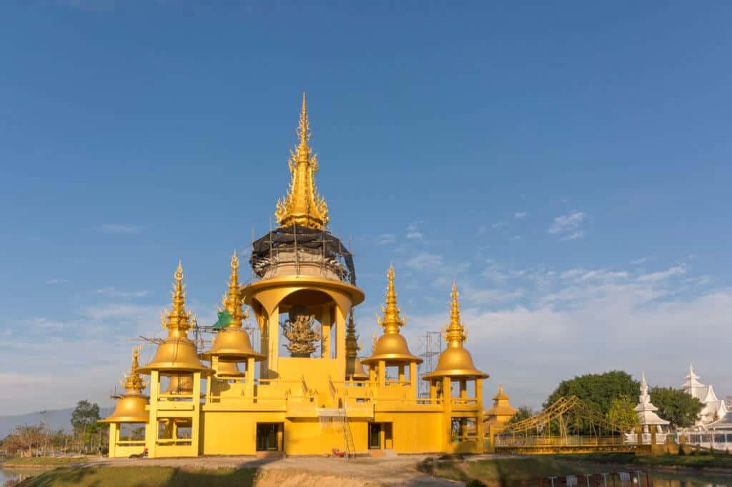 Die goldene Hall of Ganesha befindet sich noch im Bau, schon jetzt erkennt man die Schönheit dieses Bauwerks gegen den blauen Himmel