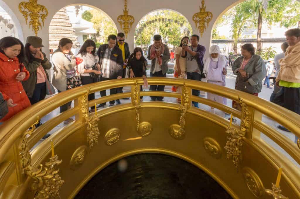 Ein goldener Wunschbrunnen im Weißen Tempel von Chiang Rai