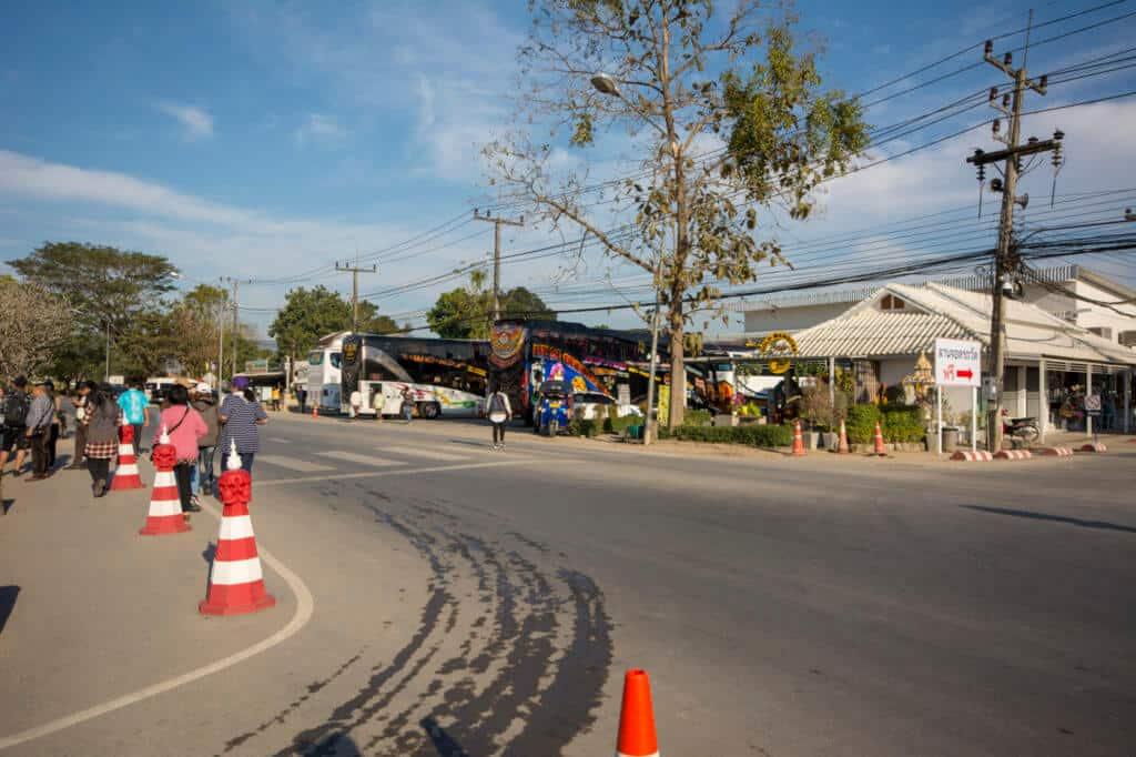 Geschäfte gegenüber vom Weißen Tempel Chiang Rai
