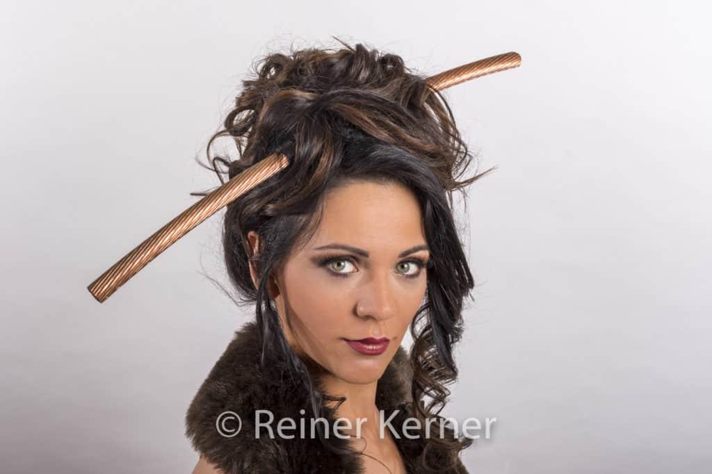 Portrait die Kupfer Lady mit einer Hochsteckfrisur mit dickem Elektrokabel aus Kupfer