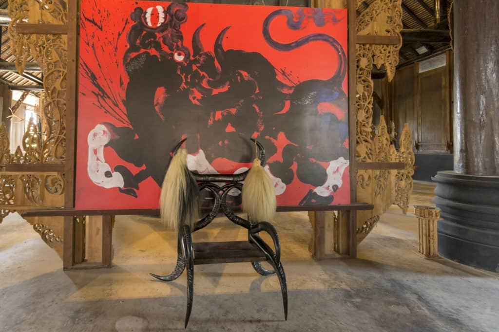 Stuhl aus Hörnern schwarz angemalt von Thawan Duchanee im Baandam in Chiang Rai