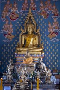 goldene Buddha Statue im Tempel in Thailand hier ist Buddha als Dekofigur undenkbar