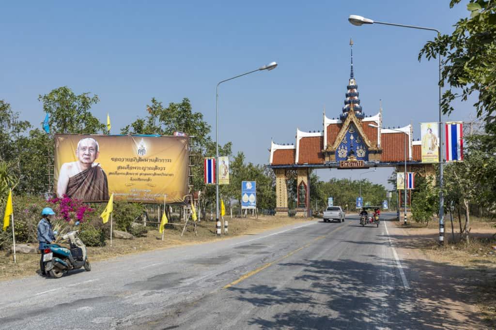 Einganstor zum Elefanten Tempel Wat Baan Rai
