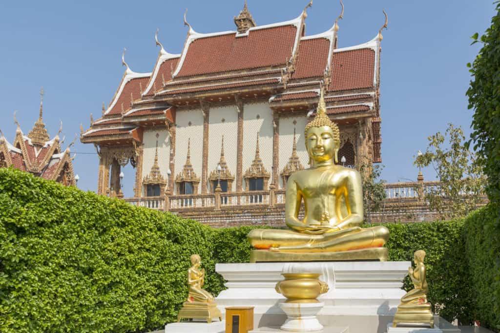 Goldene Buddha Stute vor dem großen Bot im Wat Ban Rai