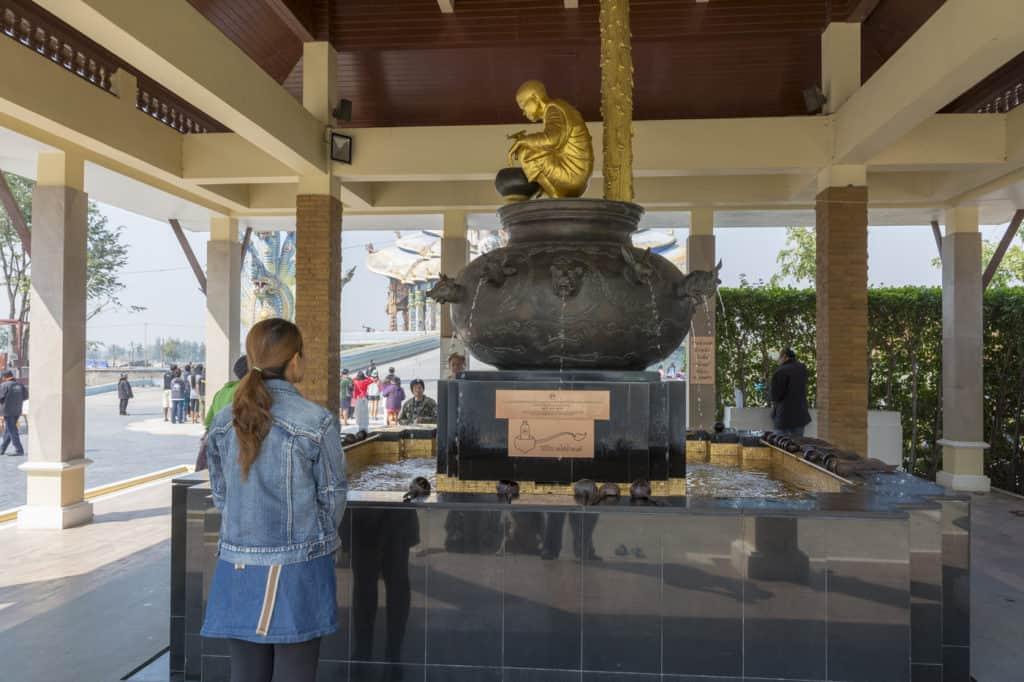 Heiliges gesegnetes Wasser im Wat Ban Rai aus dem Brunnen des Mönchs Luang Phoo Khoo