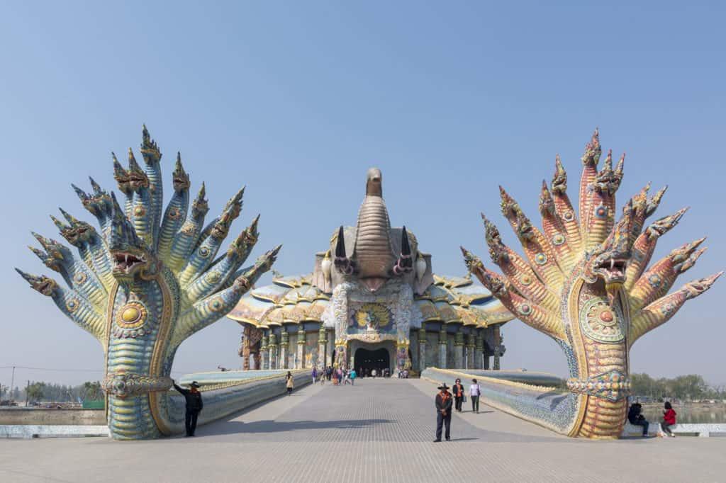 Wat Baan Rai mit den zwei großen Nagaschlangen in einem See