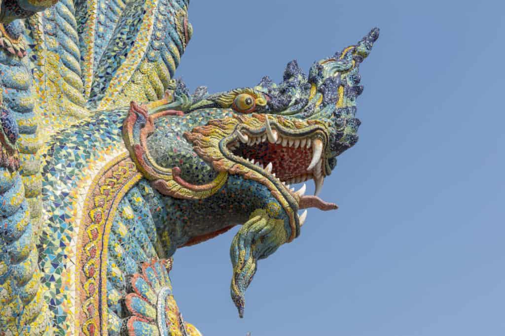 Schlangenkopf mit wunderschönen Mosaiken im Wat Ban Rai in Thailand