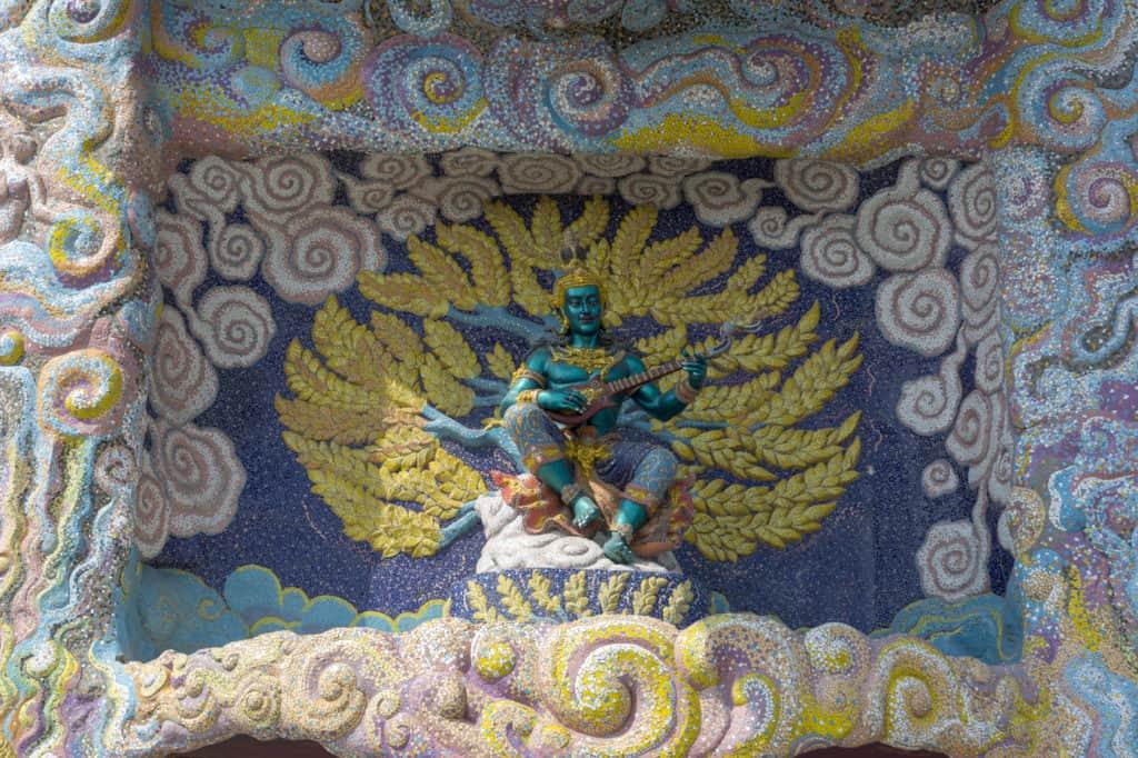 Skulptur und Mosaikrelief über dem Eingang im Elefantentempel Wat Ban Rai in Thailand