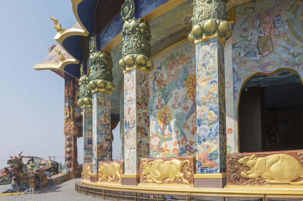 Wat Ban Rai in Thailand ist über und über mit Mosaiken und bemalten Wandfliesen geschmückt