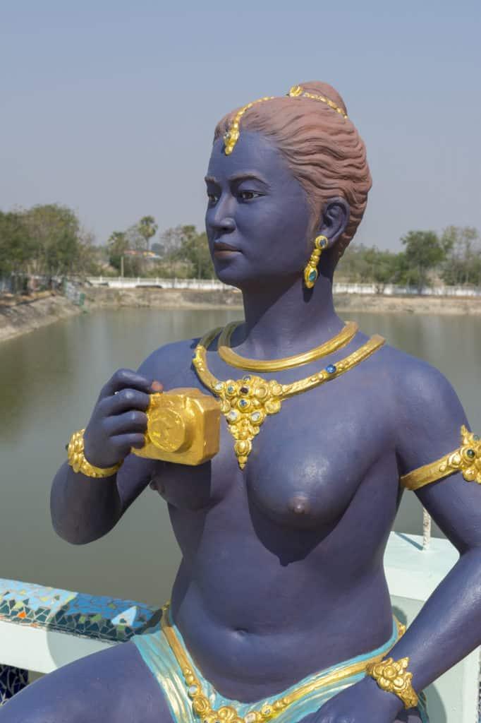 Blaue weibliche beton Figur mit nackten Brüsten im Wat Ban Rai in Thailand