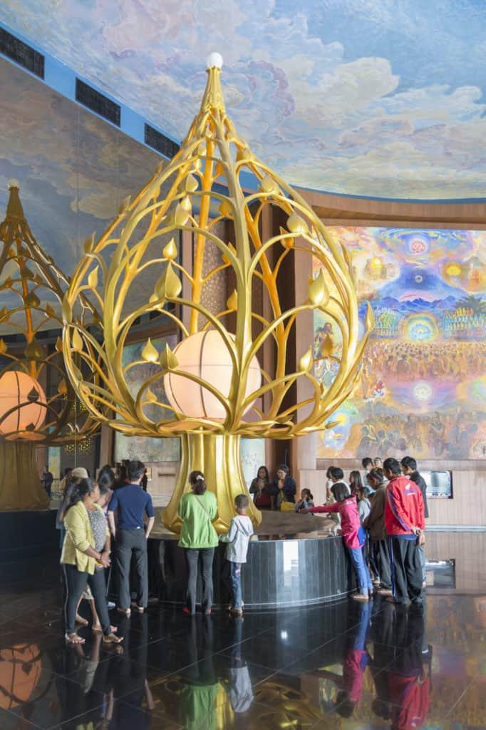 Stilisierte moderne goldene Lotus Knospe im Wat Ban Rai in Thailand