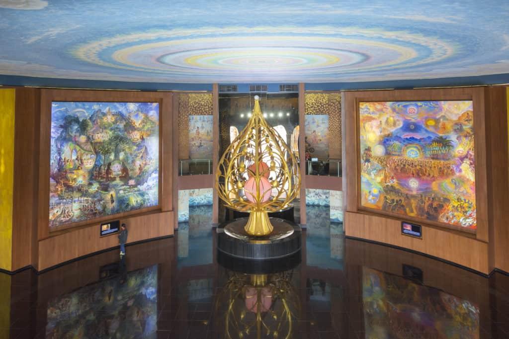 Spiegelnder Fußboden, die Leuchtbilder und die stilisierte Lotusknospe im Elefantentempel Wat Ban Rai in Thailand