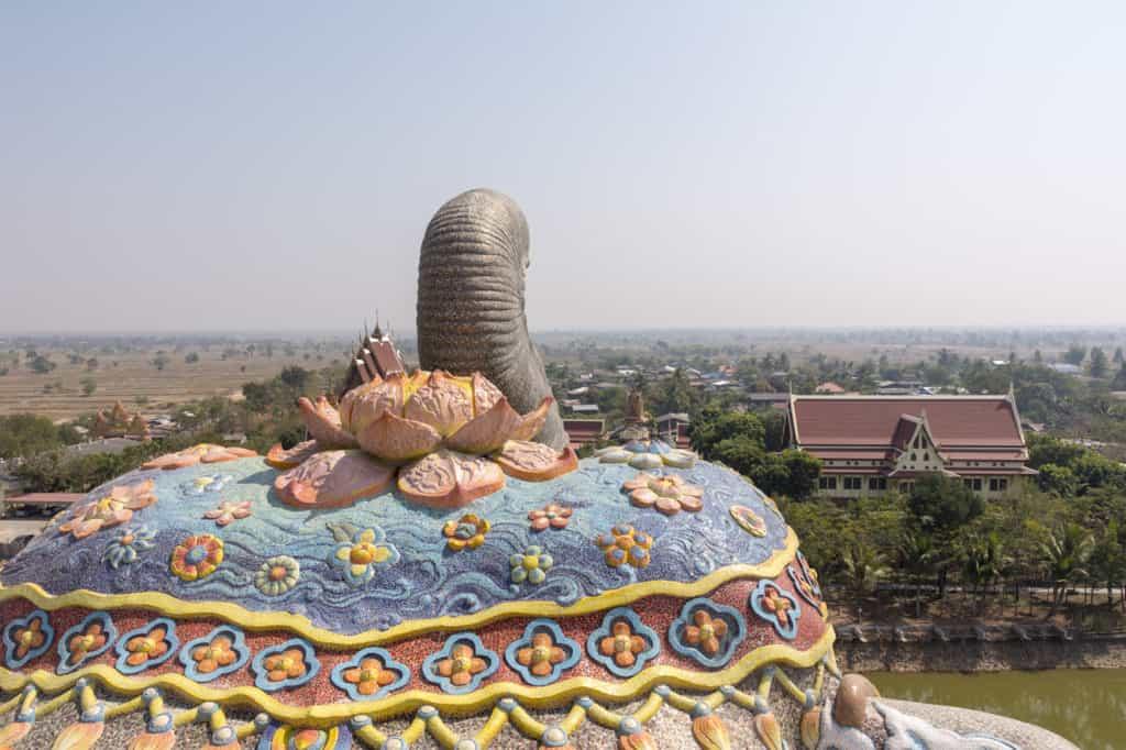 Blick über die weite Isaan Ebene vom Kopf des Elefanten im Elefantentempel Wat Ban Rai