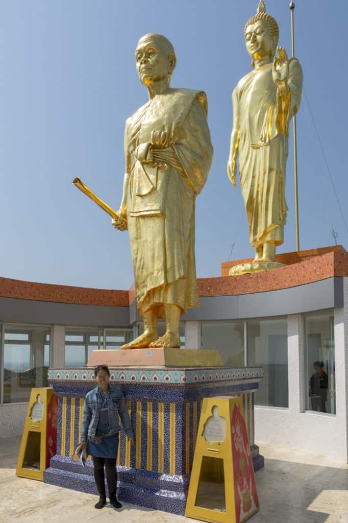 Auf dem Rücken erhebt sich das goldene Standbild Buddhas und das vom ehrwürdigen Mönch Luang Phor Koon.