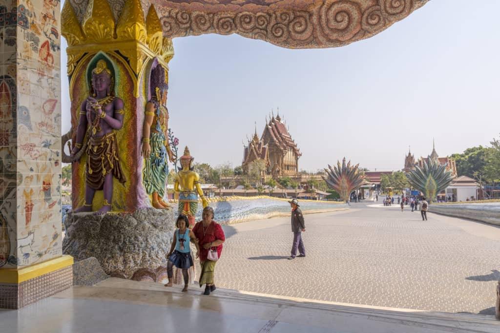 Eingangsbereich vom Wat Ban Rai mit dem Blick zurück auf die Brücke und dem dahinter liegenden Bot.