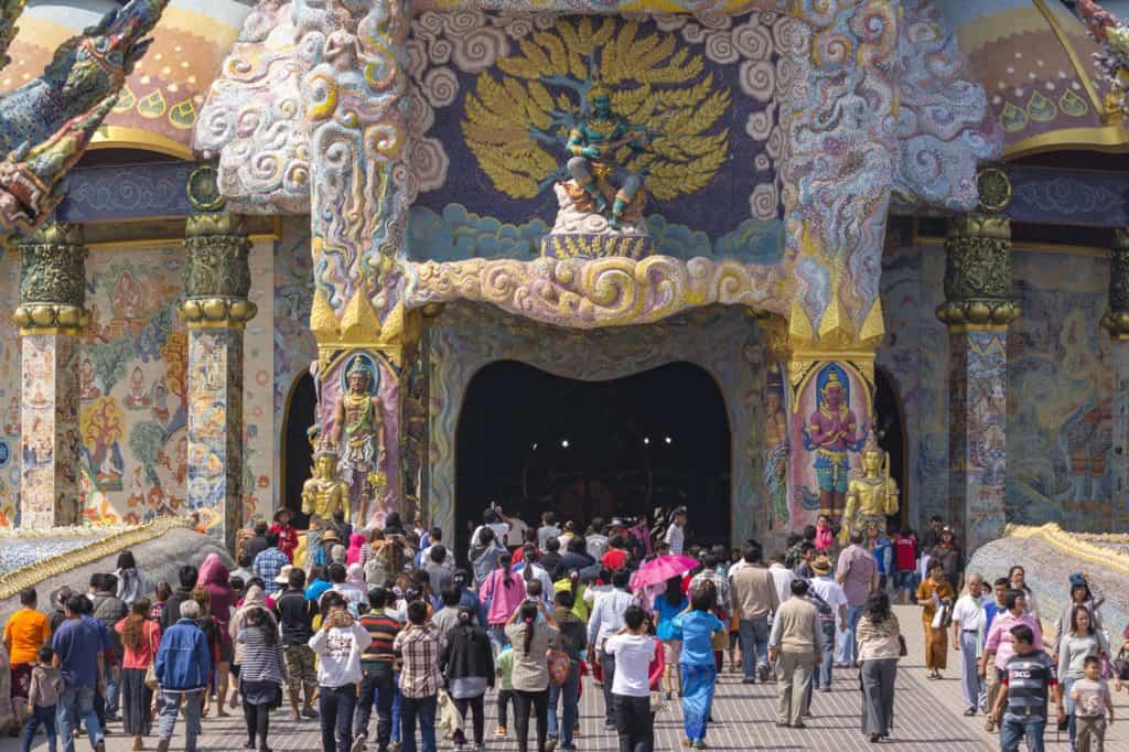 Menschengruppen strömen in den Tempel Wat Ban RAi