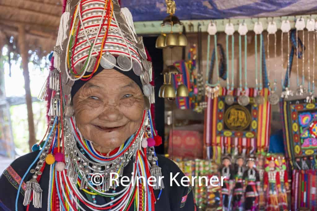 Alte Frau aus einem Bergdorf in Nordthailand