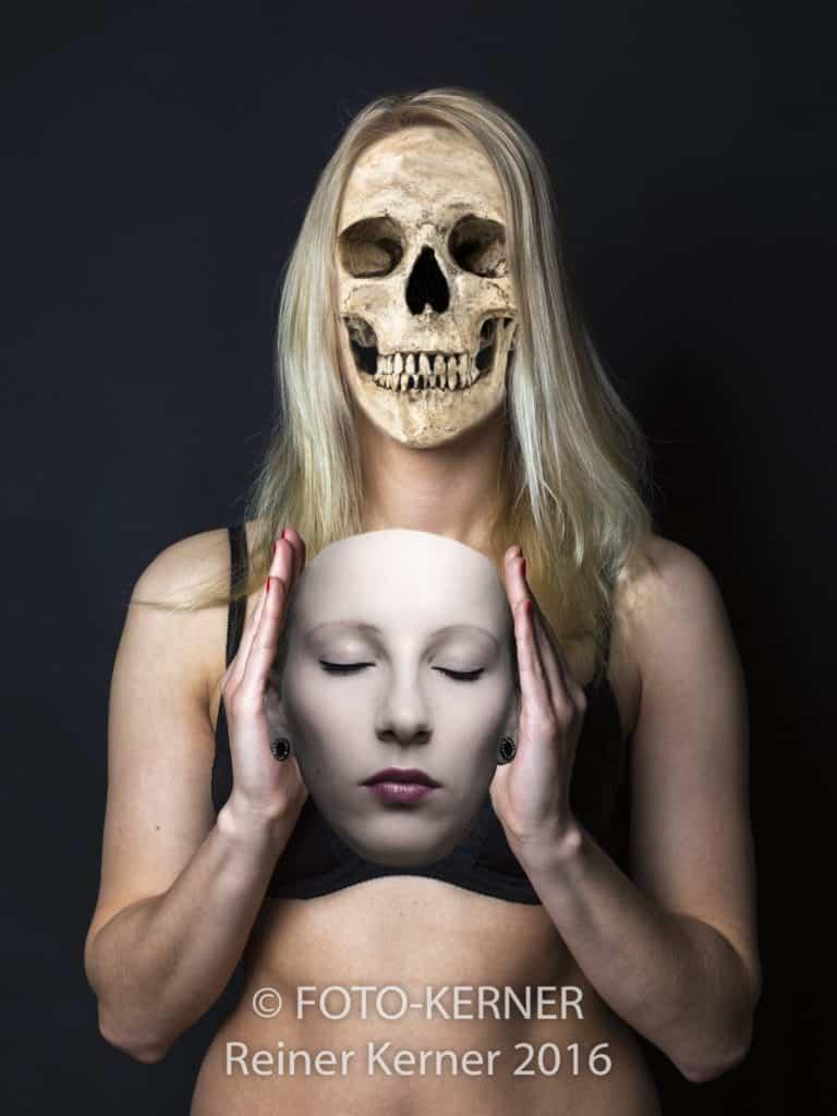 Junge Frau mit Maske und Totenschädel - Das zweite Gesicht