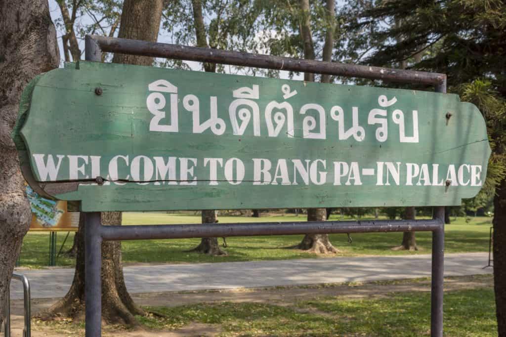 Eingangsschild Willkommen im Sommerpalst der Könige Bang Pa-In