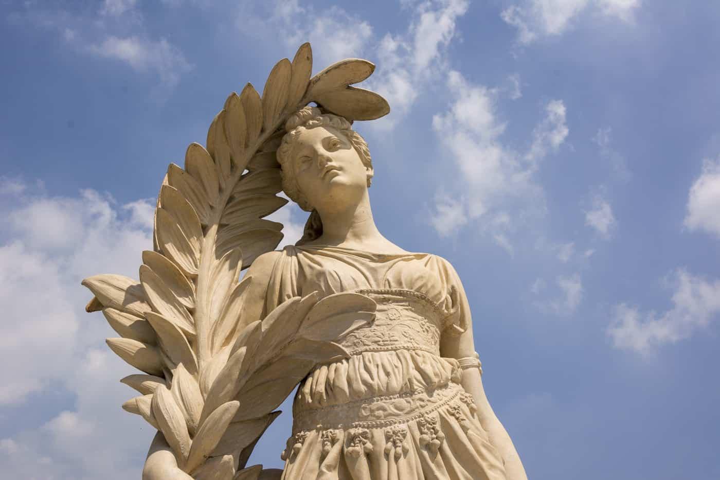 Mächtige Figuren im Grieschichen Stil findet man überall im Park
