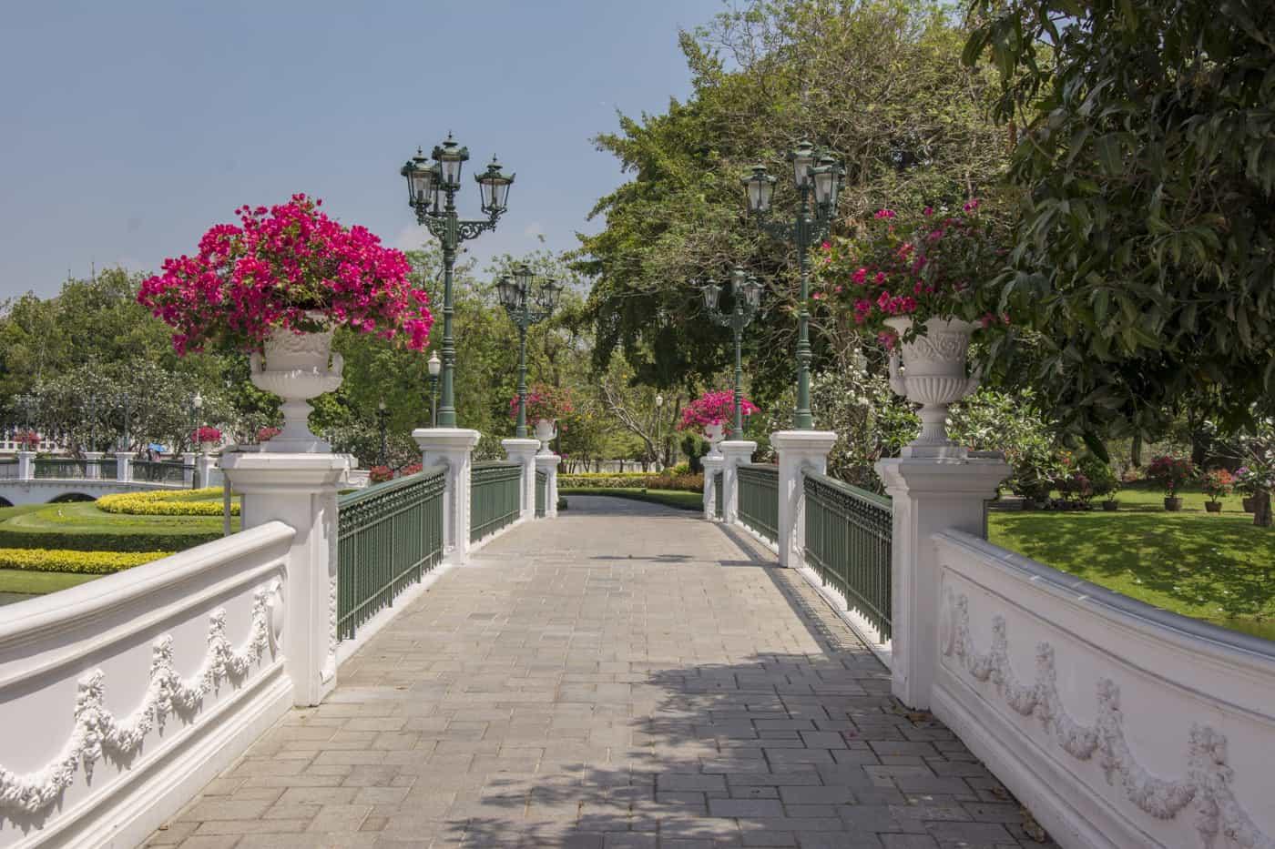 Fantastische Blumenpracht auf einer der vielen Brücken im Sommerpalast der Könige