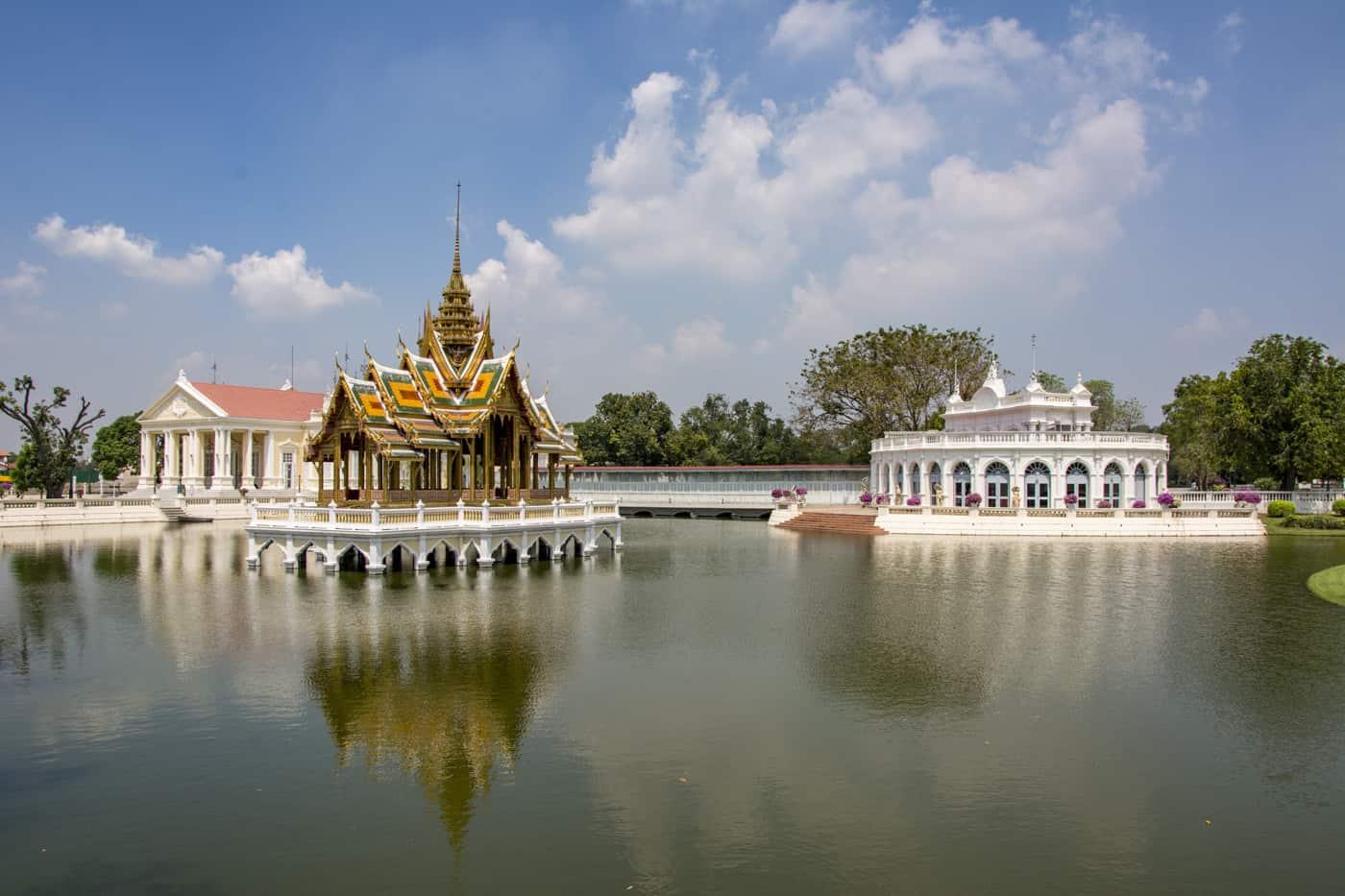 Prah Thinang Aisawan und das Tevaraj-Kanlai Tor im Großen Teich