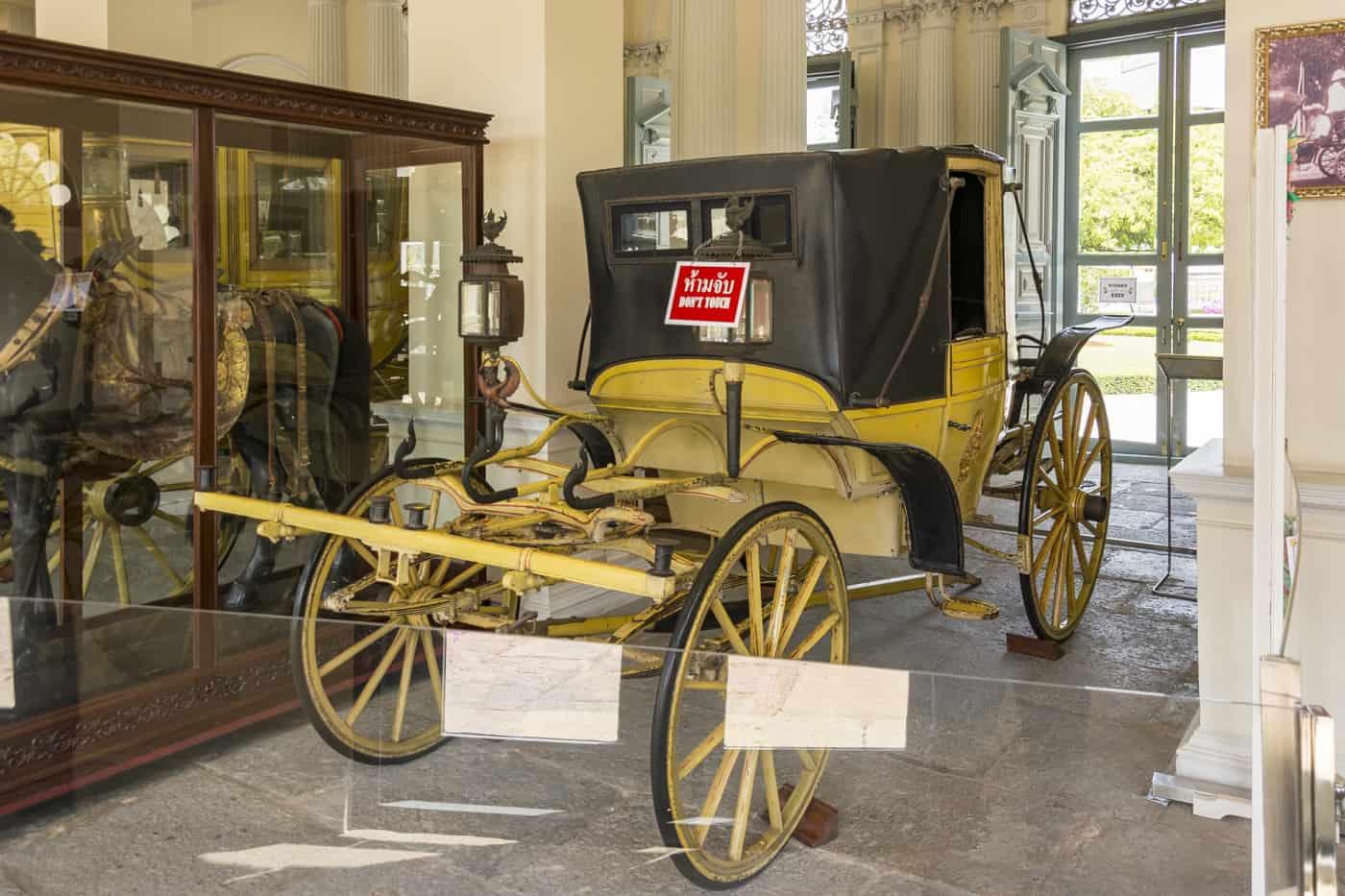 Kutsche eines Königs und daneben die Ausstellung des Zaumzeugs auf der Pferdefigur