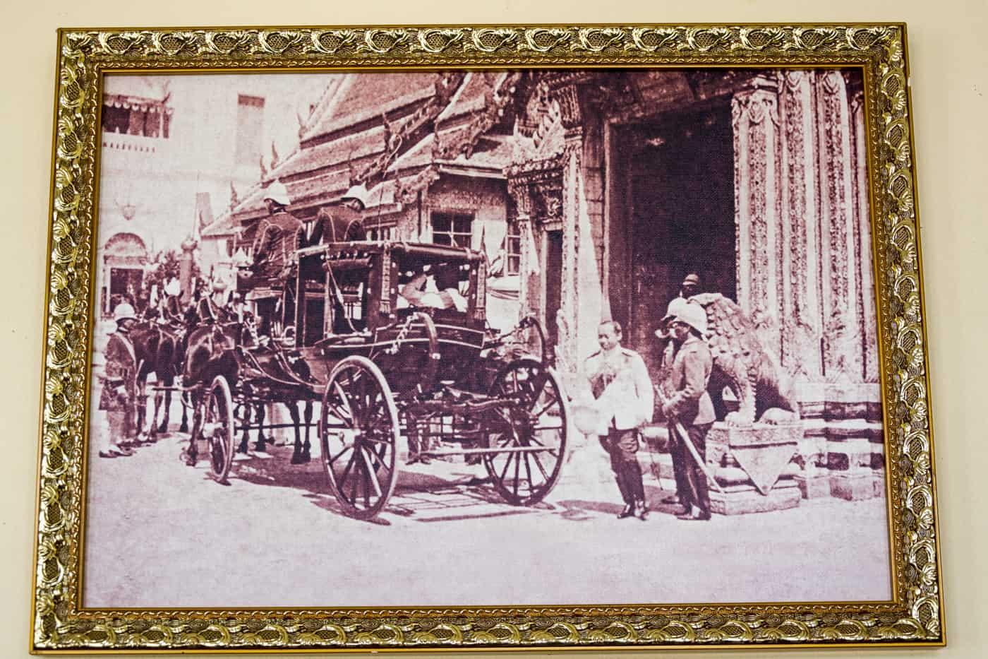 Historische Fotos dokumentieren die Nutzung der Ausstellungstücke in den Ausstellungen in Bang Pa-In dem Sommerpalast der Könige