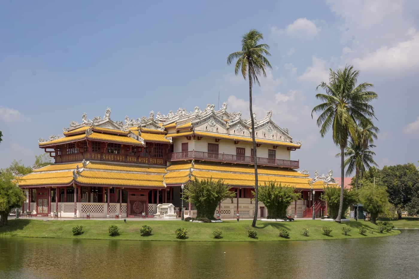 Phra Thinang Wehart Chamrun in Bang Pa-In Sommerpalast mit Palmen davor