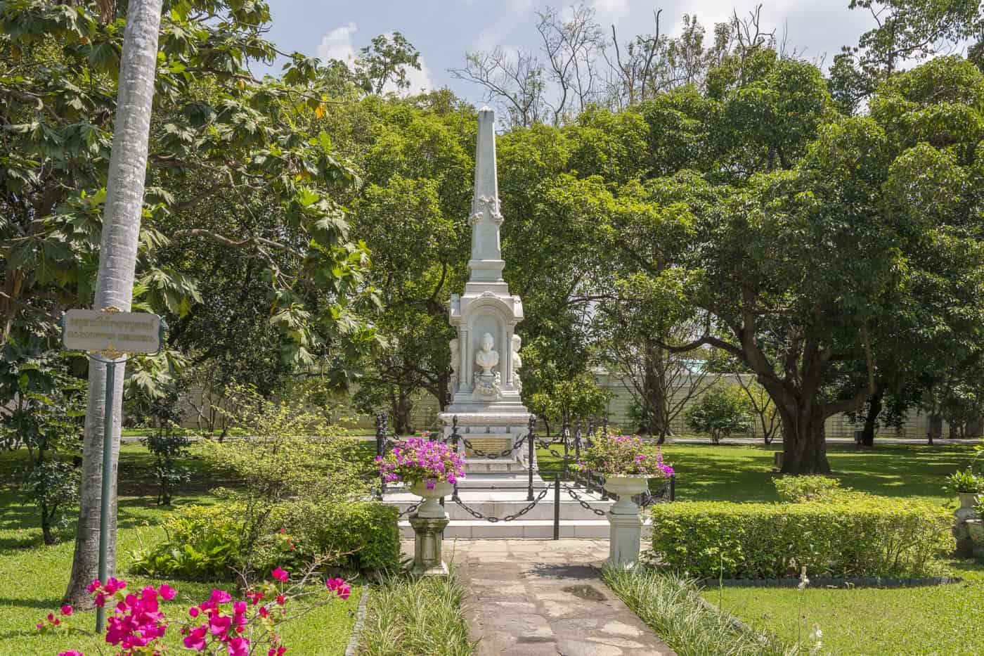 Gedenksäule für die ertrunkene Königin und dem Kind in Bang Pa-In