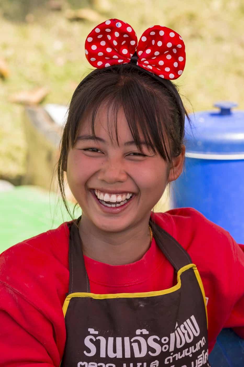 Kindliche Thailänder, junge Frau mit kindlichem Haarschmuck