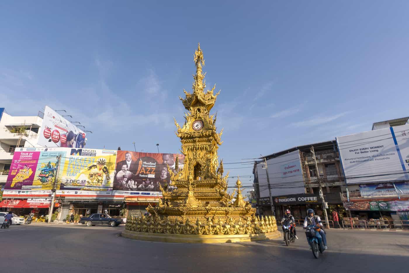 Goldener Uhrenturm in Chiang Rai in Thailand und die Pünktlichkeit