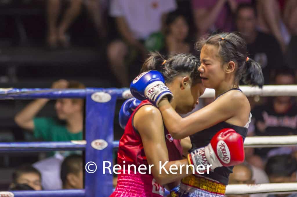Zweit thailändische Frauen beim Thaiboxen - Müay Thai im Ring