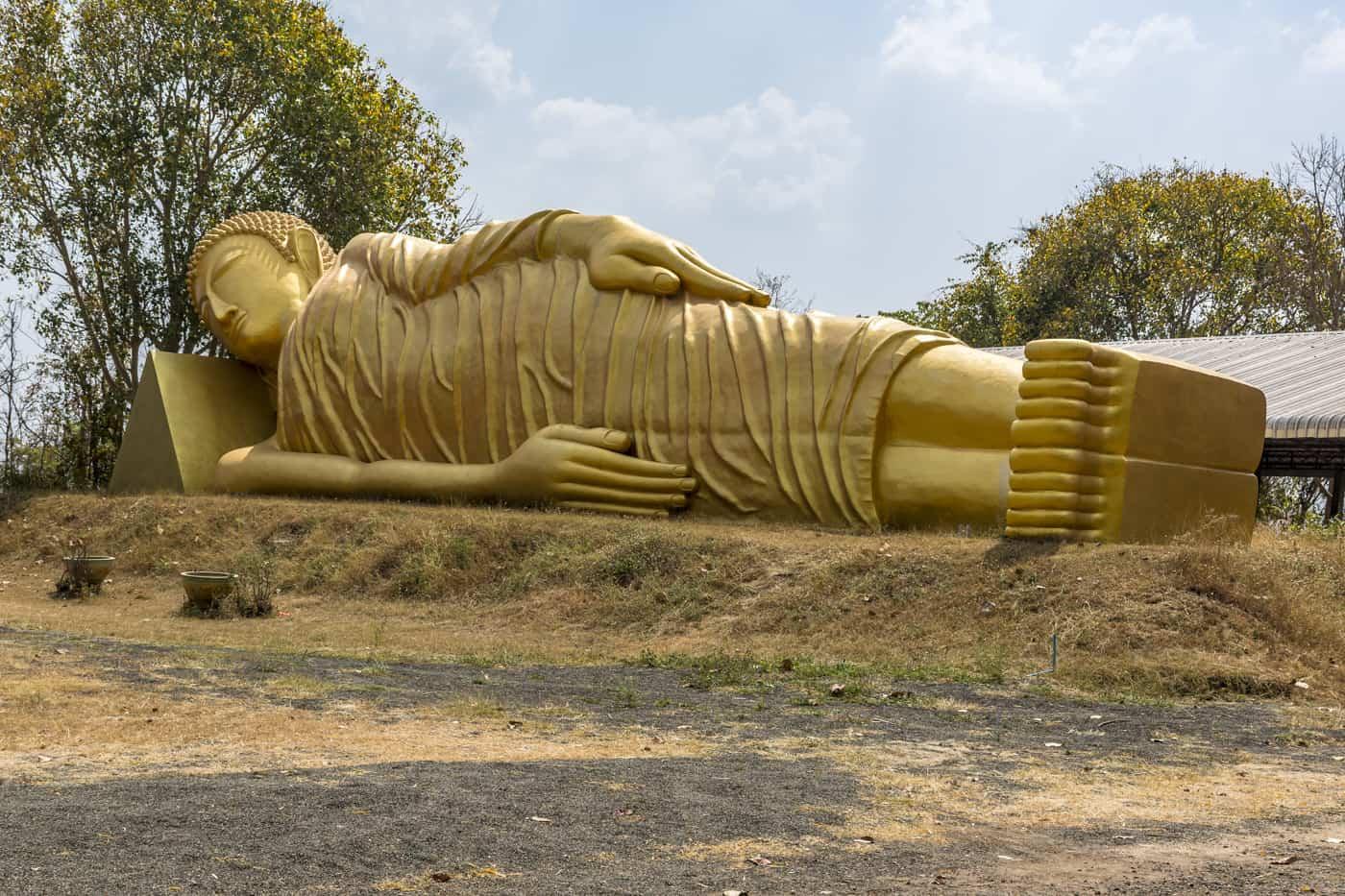 Thailand und der Beton hier ein liegender goldener Buddha mit faltigem Gewand aus Beton
